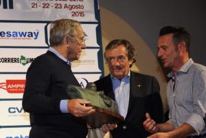 Forghieri riceve il Memorial Barbetti da Giancarlo Minardi e il presidente del Ceca Luca Uccellani nel 2015
