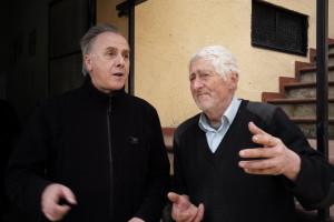 L'avvocato Giovanni Picuti con il nonno delle pastorelle, Fernando Angelini di 95 anni