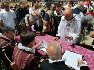 Il Priore del Rione La Mora, Massimo Montanari, mentre scrive al tavolo della giuria il ricorso contro la vittoria del Pugilli