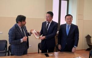 Joint venture Terni Cina un momento dello scambio di doni