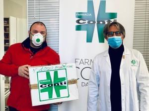 Valentino Conti mentre consegna le mascherine all'ospedale di Terni