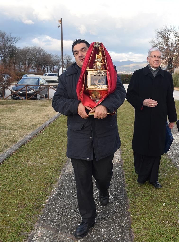 Don Edoardo Rossi con la reliquia di S. Ponziano e l'Arcivescovo