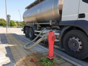 Al Plateatico di Foligno, le autocisterne fanno la spola per trasportare acqua potabile nelle zone in crisi