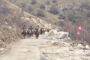 Nella foto di Alfonso Della Corte , la transumanza dei cavalli da Castellucciop a Norcia. La strada resta interrotta per molti mesi, a causa dei massi che invadono la carreggiata
