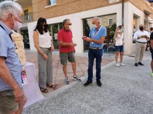 Giuseppe Rivolta , organizzatore e direttore del giro rosa. riceve il dono dalla Pro Ponte