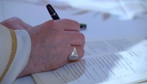 La firma di Papa Francesco all'Enciclica