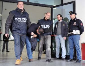arresto-polizia-arrestato-piegato-in-avanti