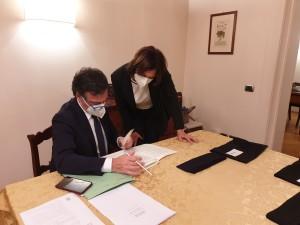 Il notaio Brufani con la Presidente AIRC prima di dare inizio alla estrazione dei numeri