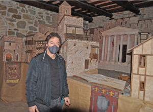 Giancarlo Bocconi posa davanti al suo capolavoro: la città di Assisi com'era al tempo di Francesco